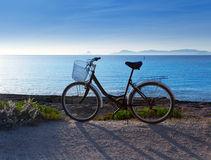 monte-en-bicicleta-en-la-playa-de-formentera-con-la-puesta-del-sol-de-ibiza-25410522
